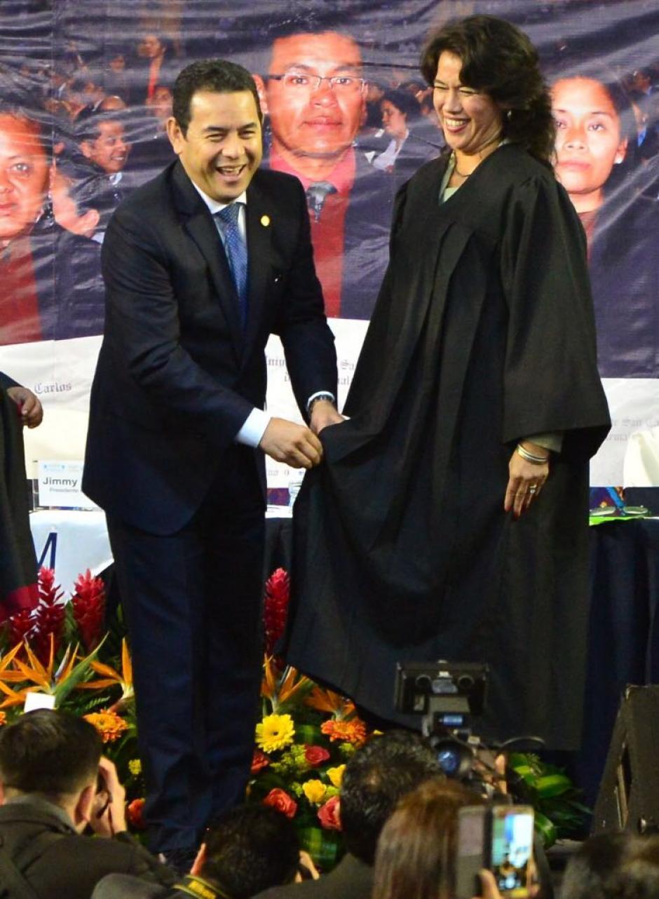 Luego le colocó, de forma simbólica, la toga a uno de los graduados. (Foto: Jesús Alfonso/Soy502)