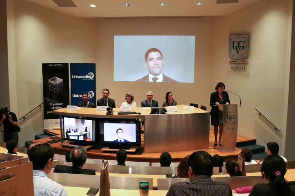 Docentes y estudiantes explicaron los beneficios de este satélite guatemalteco. (Foto: Alejandro Balán/Soy502)