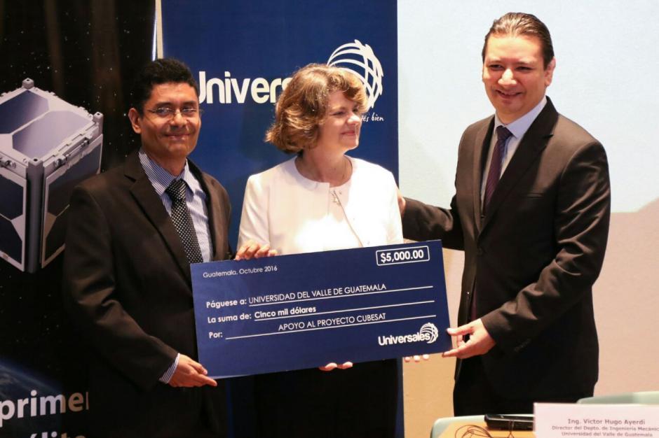 Seguros Universales otorgó cinco mil dólares para financiar la finalización del satélite. (Foto: Alejandro Balán/Soy502)