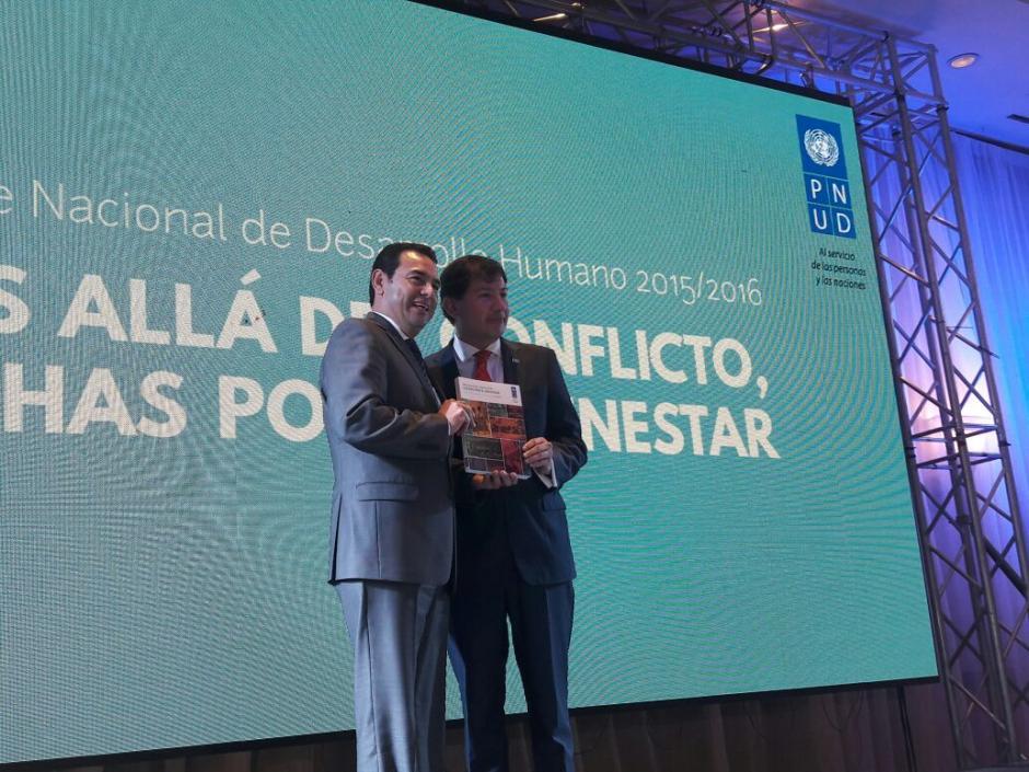 El mandatario recibió el informe y dijo que lo analizará.  (Foto: Javier Lainfiesta/Soy502)