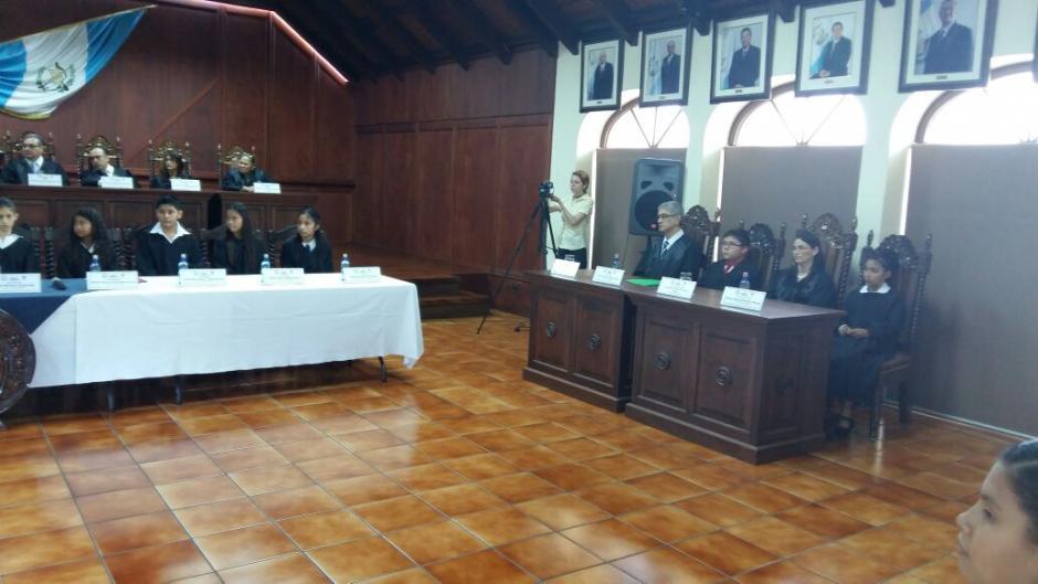 Los niños fueron investidos por los titulares de los cargos durante una ceremonia. (Foto: CC)