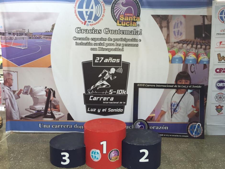 Este es el podio de ganadores instalado en el Hospital Rodolfo Robles, donde culminará la carrera. (Foto: Comité Pro-Ciegos y Sordos)