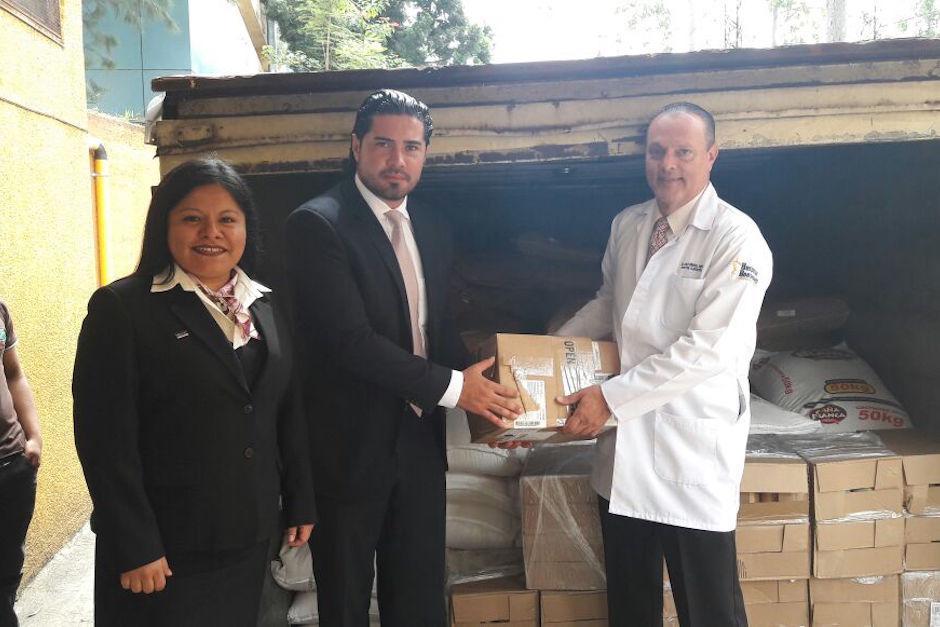 El director del Hospital, Carlos Soto, recibió el donativo. (Foto: Hospital Roosevelt)