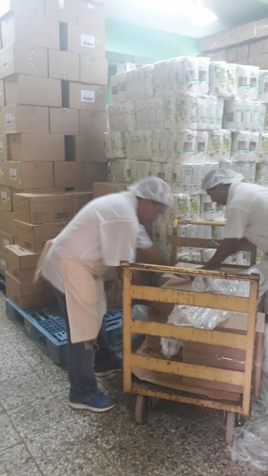 El donativo consistió en leche en polvo, azúcar y Enterex  (Foto: Hospital Roosevelt)