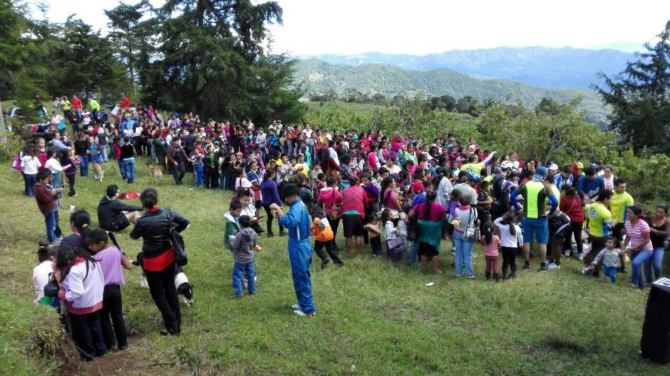 Los ciclistas colaboran con los niños de la aldea El Chocolate de Fraijanes. (Foto: Delly Martinez)