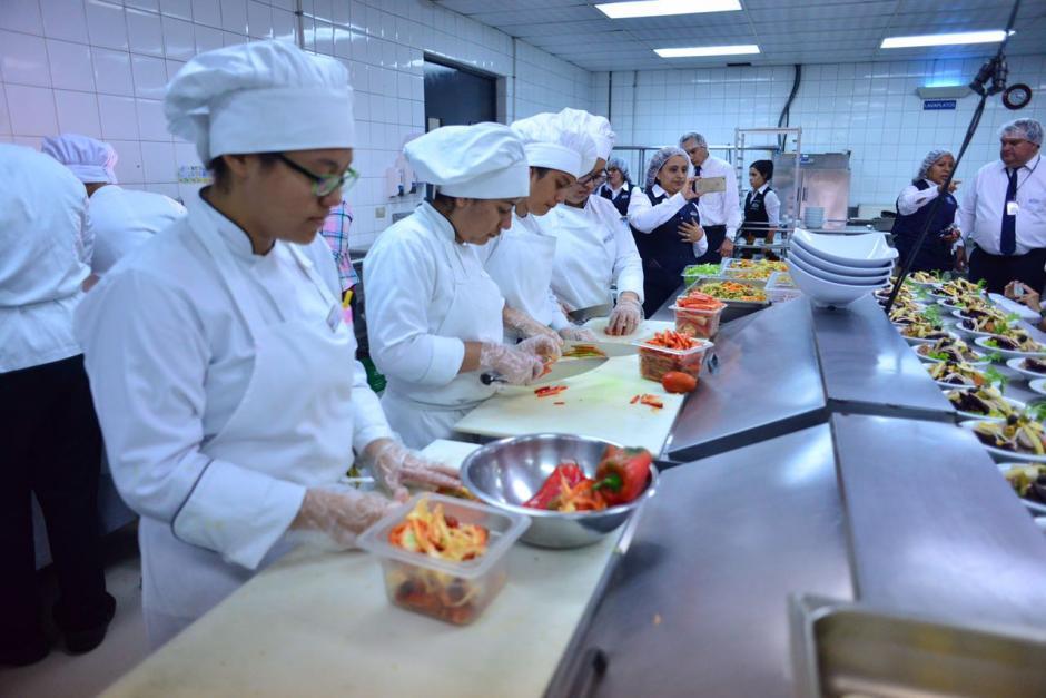 Los estudiantes del Intecap son los que realizan todos los preparativos del Fiambre. (Foto: Jesús Alfonso/Soy502)