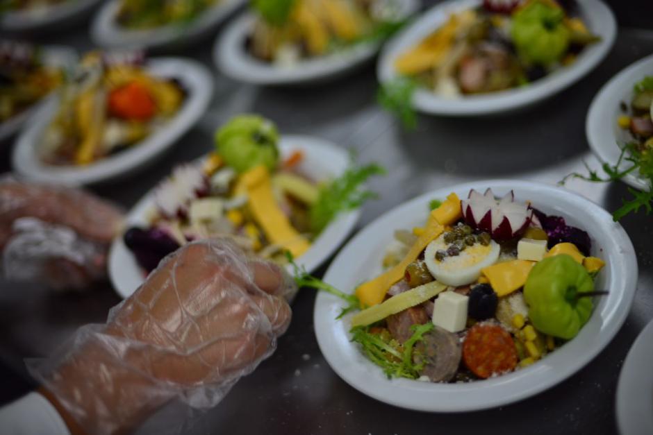 En Intecap preparan más de mil platos de fiambre. (Foto: Jesús Alfonso/Soy502)