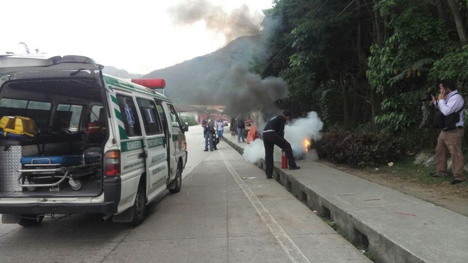 Los bomberos tuvieron que actuar para apagar el fuego. (Foto: Tránsito PNC)