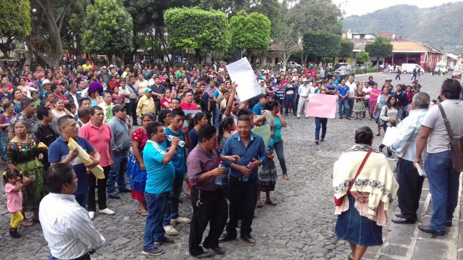 Los inconformes piden la destitución del gerente municipal del mercado por tener problemas con ellos. (Foto: Pablo Solís/Nuestro Diario)