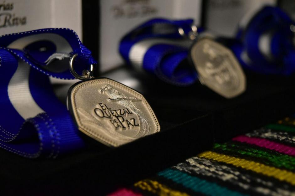 A ellos se les entregó la Medalla de la Paz, que fue creada para reconocer a personas que han aportado a favor del arte guatemalteco. (Foto: Ministerio de Cultura y Deportes)