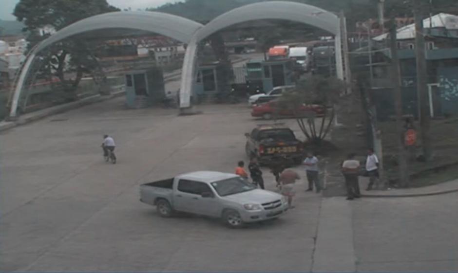 Los camiones han recibido acompañamiento desde que salen del puerto.  (Foto: Soy502)