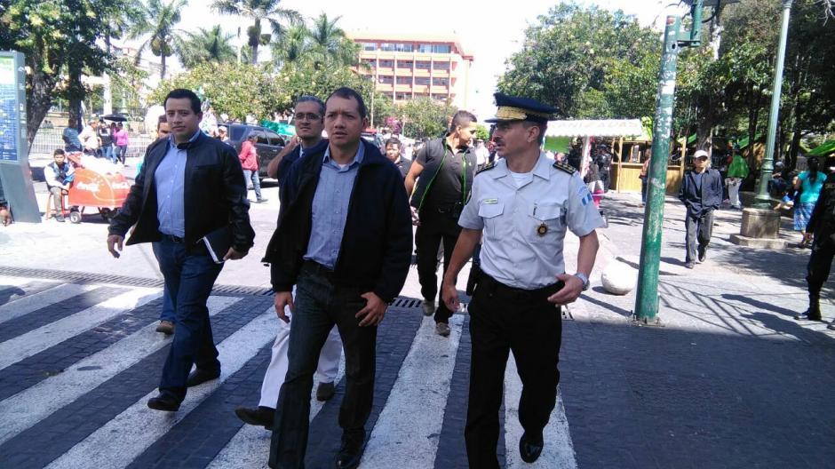 El ministro de gobernación, Francisco Rivas, realiza una caminata por la sexta avenida luego de los disturbios. (Foto: Mingob)