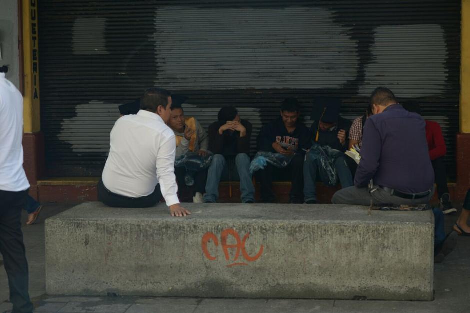 Los espacios donde estaban las esculturas derribadas son utilizados para sentarse. (Foto: Wilder López/Soy502)