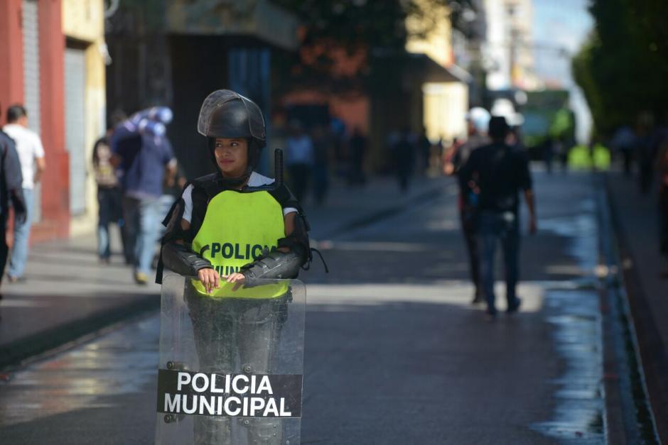 Un policía municipal está ubicado en cada esquina del Paseo de la Sexta avenida. (Foto: Wilder López/Soy502)