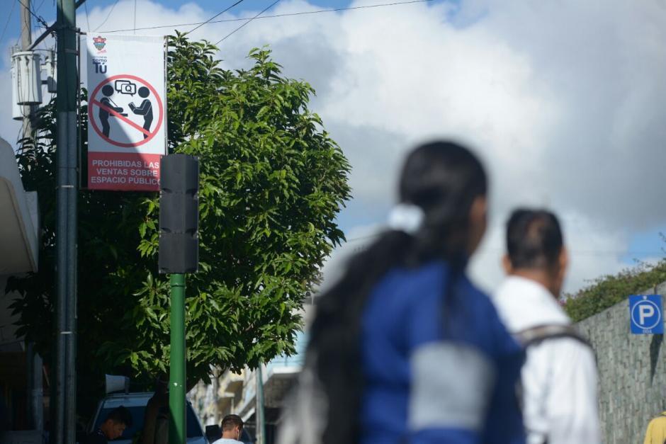 Estos carteles se visualizan a lo largo de la avenida. (Foto: Wilder López/Soy502)