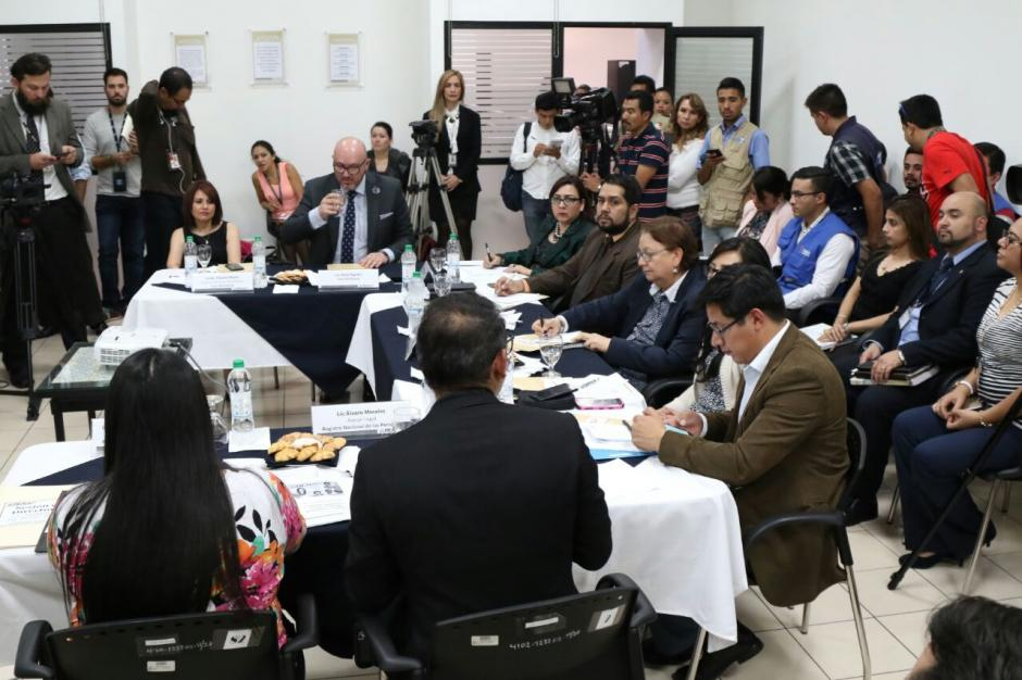 En la mesa de diálogo participaron varios actores como observadores.  (Foto: Alejandro Balán/Soy502)