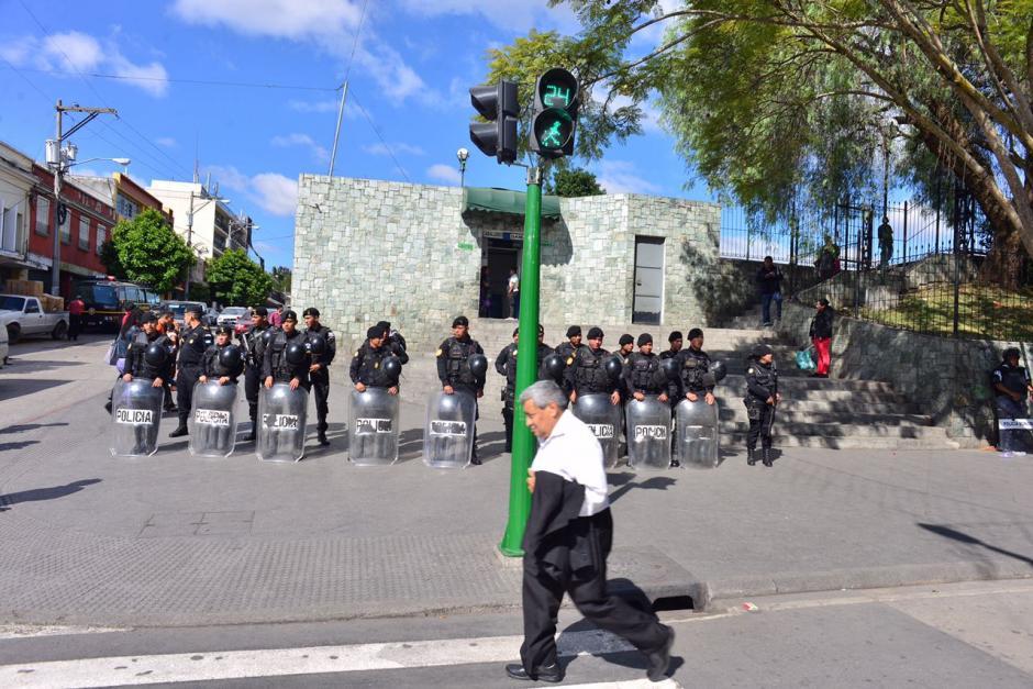 Desde primera hora de la mañana llegaron los primeros elementos de seguridad a la Sexta Avenida.  (Foto: Jesús Alfonso/Soy502)