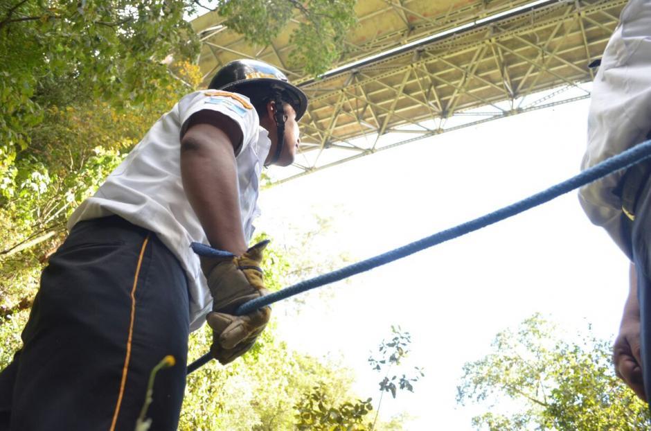 Una joven de cerca de 25 años saltó desde un puente este domingo. (Foto: Bomberos Voluntarios)