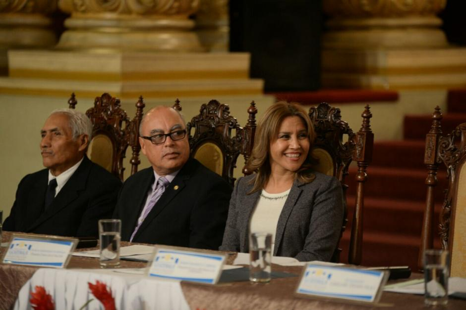 Además el mandatario aprovechó el momento para reconocer su labor como Primera Dama. (Foto: Wilder López/Soy502)