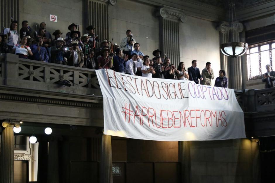 """Sammy Morales llamó """"turba"""" a los que vigilan a los diputados en el Congreso. (Foto: Alejandro Balán/Soy502)"""