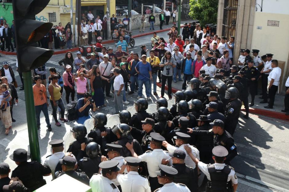 Los antimotines utilizaron gas pimienta para alejar a las personas. (Foto: Alejandro Balán/Soy502)