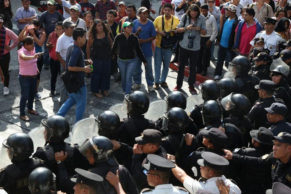 Desde hace varias horas, los inconformes bloquean la salida de los empleados del Congreso. (Foto: Alejandro Balán/Soy502)
