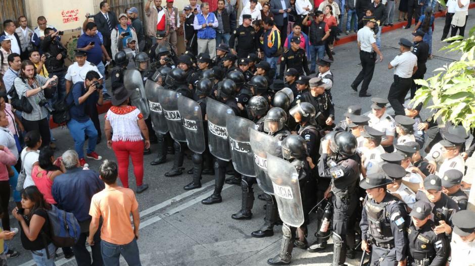 Los antimotines de la PNC usaron la fuerza luego que no pudieran dialogar con ellos. (Foto: Alejandro Balán/Soy502)