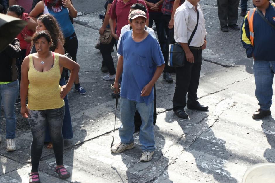 Las personas lanzaron todo tipo de objetos contra los agentes que ya les impiden el paso. (Foto: Alejandro Balán/Soy502)