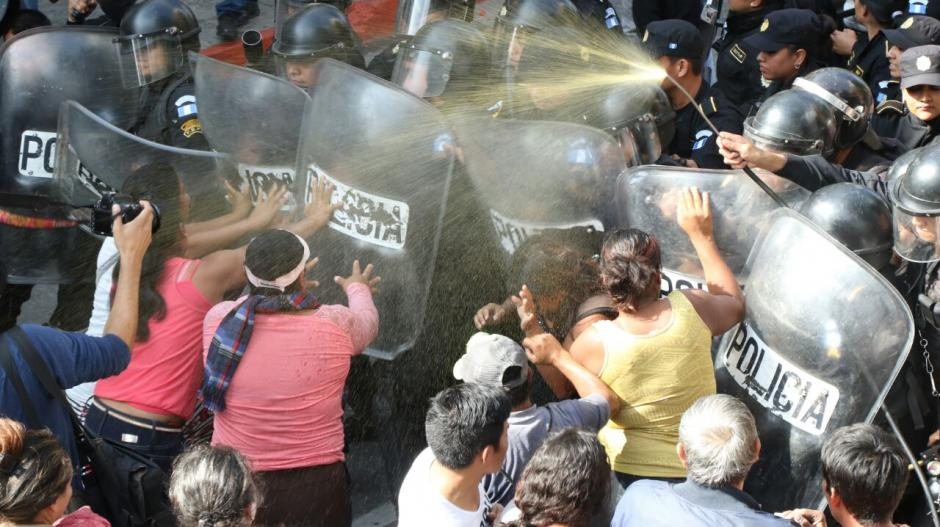 Los manifestantes que impedían el ingreso de diputados en el Congreso fueron desalojados. (Foto: Alejandro Balán/Soy502)