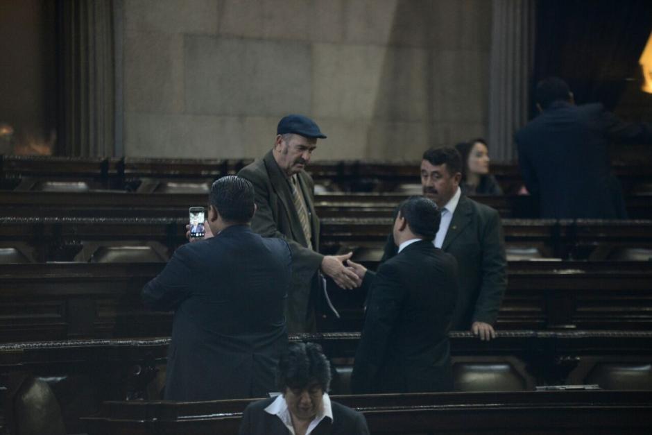Al hemiciclo ingresaron 75 diputados, quienes aprovecharon para tomar fotografías y despedirse de sus compañeros. (Foto: Wilder López/Soy502)