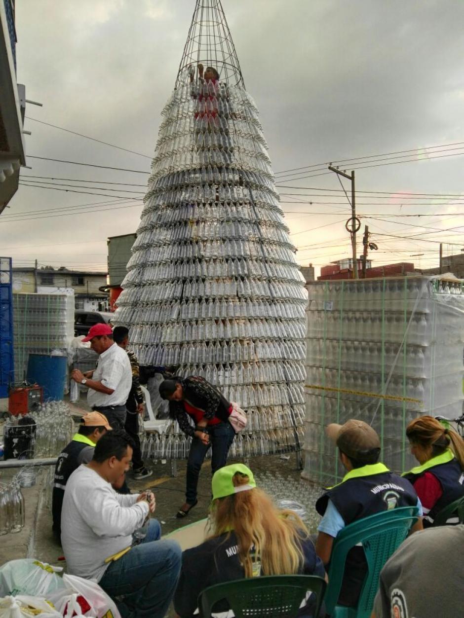 Este fue el proceso de elaboración del árbol ecológico. (Foto: Municipalidad de Mixco)