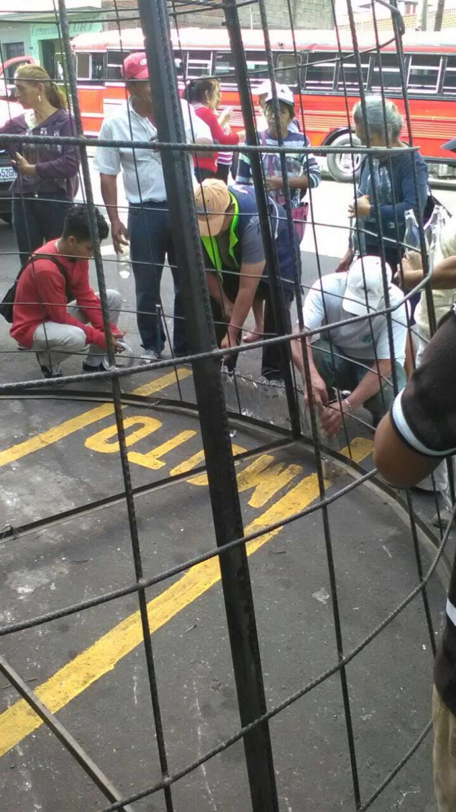 Varios trabajadores municipales participaron en la colocación de las botellas. (Foto: Muni Mixco)