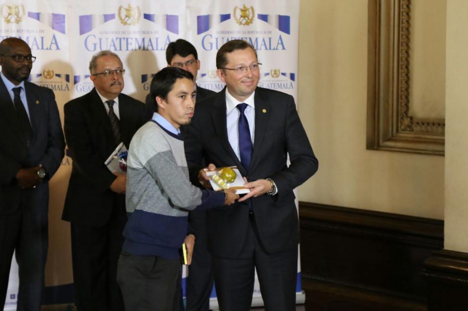 Heinz Heimann recibió los galardones que se ganaron el Presidente Morales y su Secretario General. (Foto: Alejandro Balán/Soy502)
