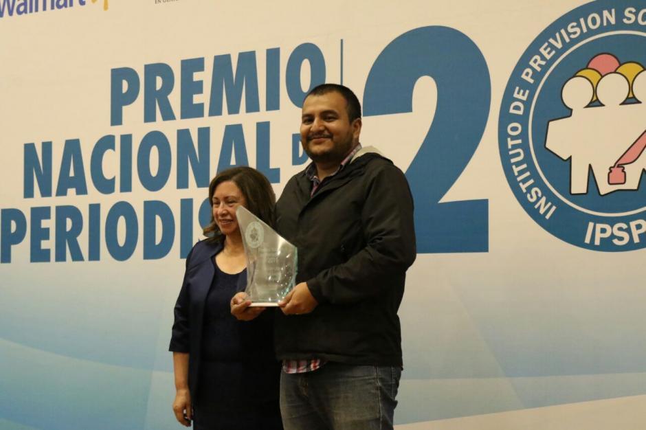 Wilder López recibe su reconocimiento por la mejor foto del año. (Foto: Alejandro Balán/Soy502)