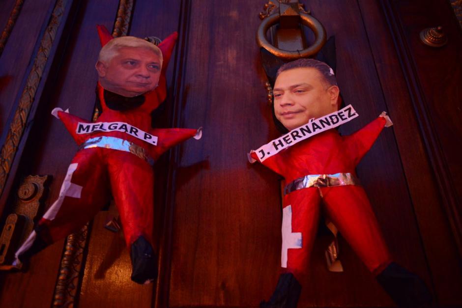 En varios diablos pegaron las caras de algunos diputados que consideran que defienden la impunidad. (Foto: Jesús Alfonso/Soy502)