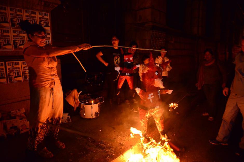 """La Batucada del Pueblo se reunió frente al Congreso de la República para quemar """"las mafias"""" que existen dentro de este organismo. (Foto: Jesús Alfonso/Soy502)"""