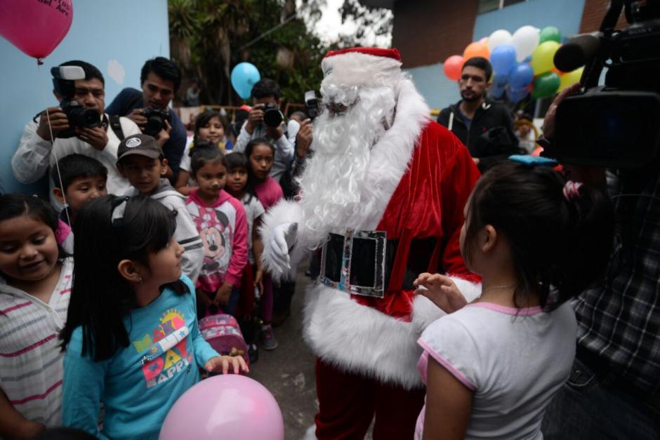 Santa Claus saludó a los niños de toda la pediatría. (Foto: Wilder López/Soy502)