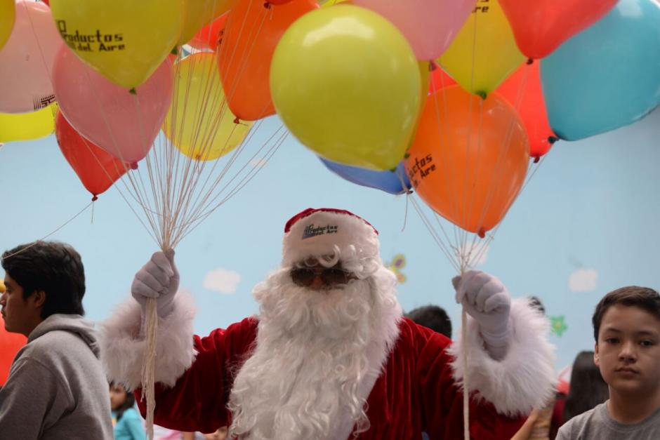 Santa Claus les llevó globos a los niños. (Foto: Wilder López/Soy502)