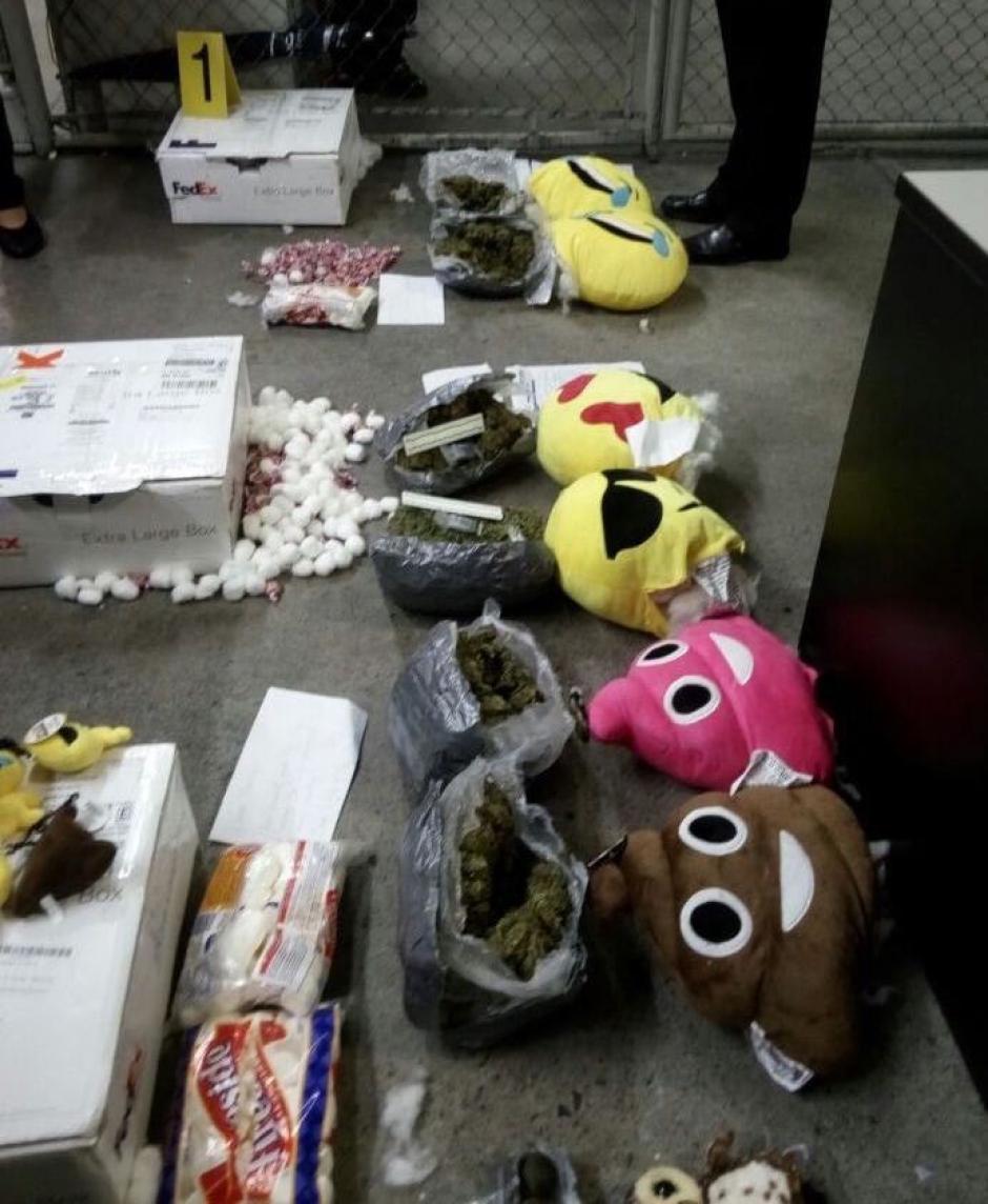 Fueron encontrados varias cajas de estos objetos (Foto: PNC)
