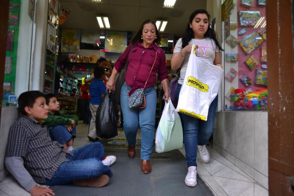Los guatemaltecos ya iniciaron sus compras de útiles escolares. (Foto: Jesús Alfonso/Soy502)