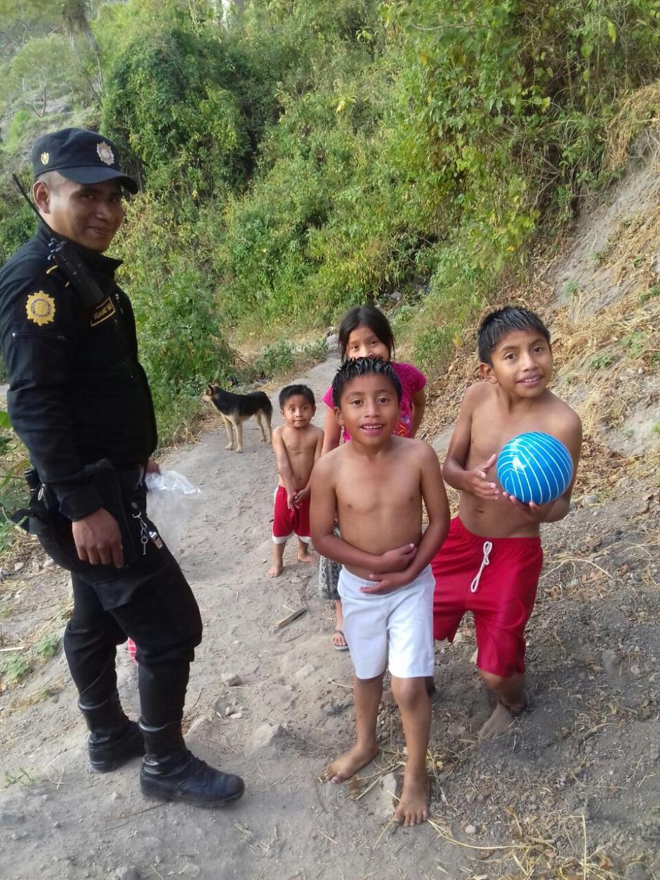 En esta ocasión entregaron pelotas plásticas y dulces a los pequeños de Santa Catarina Palopó. (Foto: Policía Nacional Civil)