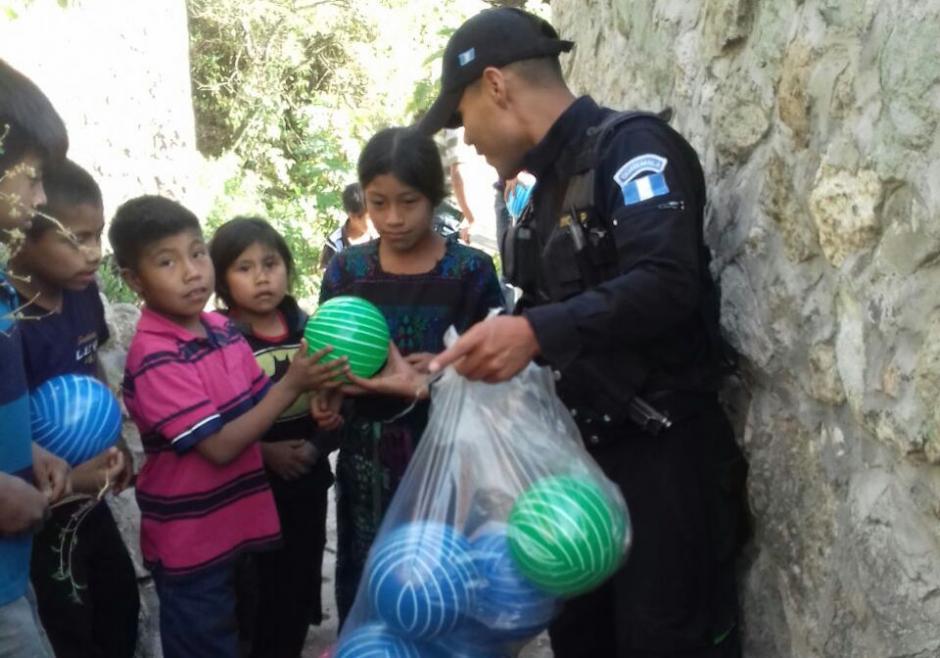 Los agentes se organizaron para comprar, con sus propios recursos, pelotas y dulces para los niños de la comunidad. (Foto: Policía Nacional Civil)