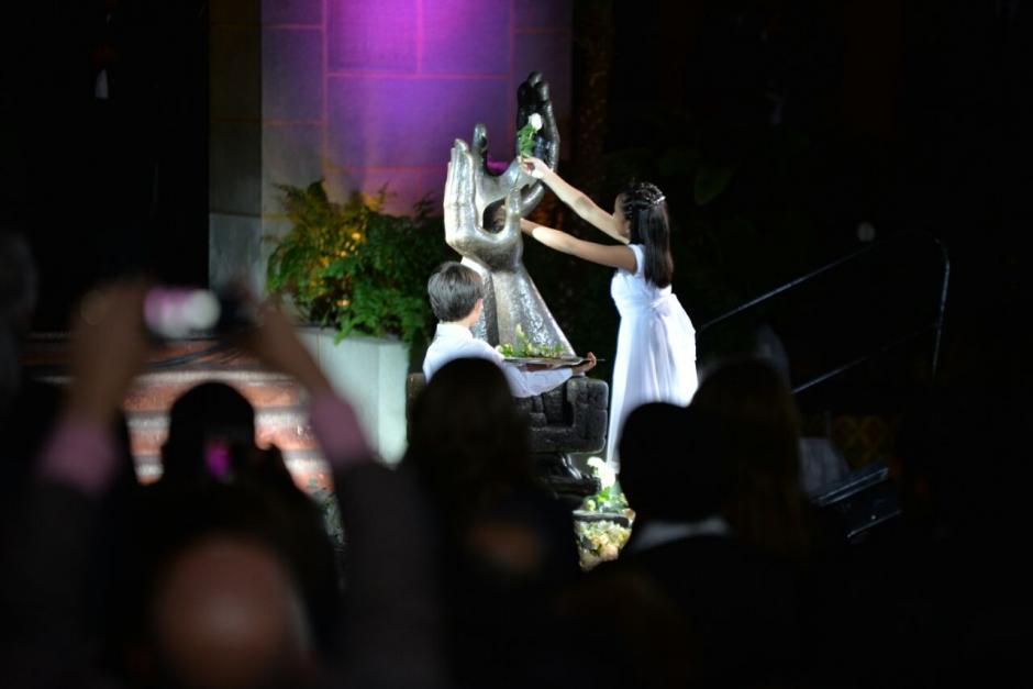 Como acto simbólico, dos niños cambiaron la rosa de la paz. (Foto: Wilder López/Soy502)