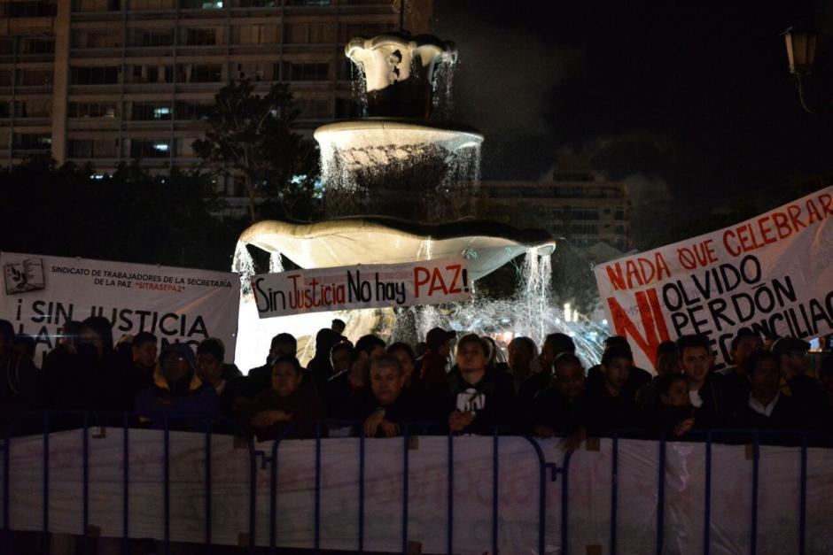 Afuera, las personas inconformes señalaron que no hay paz. (Foto: Wilder López/Soy502)