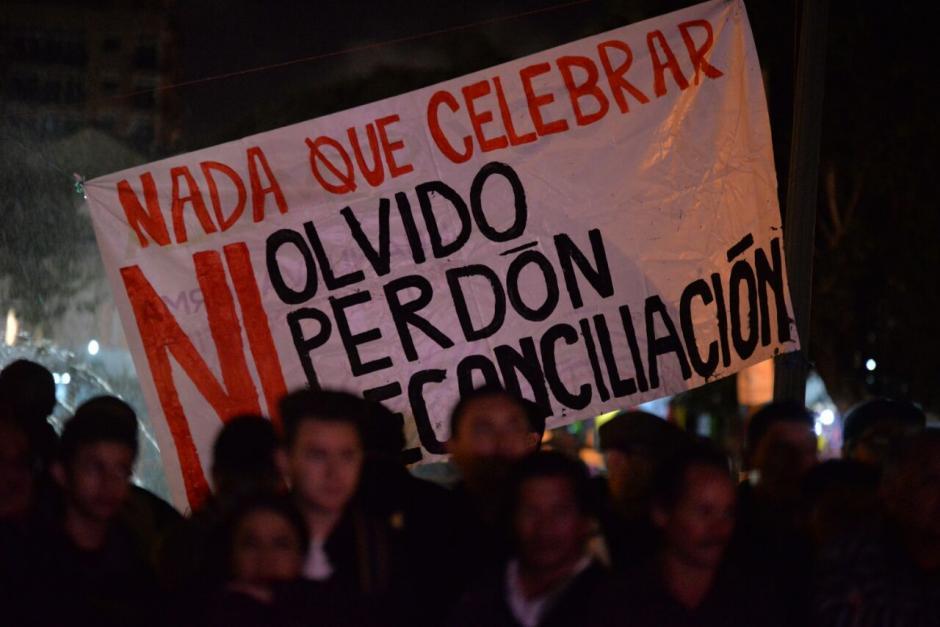 Afuera, las personas protestaron contra la firma, la cual consideran que no ha funcionado. (Foto: Wilder López/Soy502)