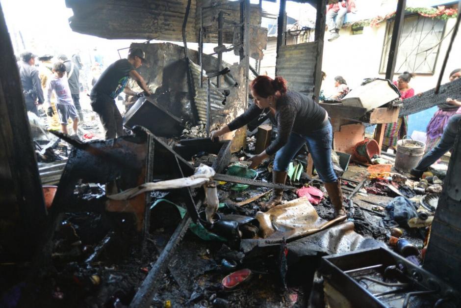 Una vez sofocado el fuego, las familias regresaron a ver qué podían rescatar. (Foto: Wilder López/Soy502)