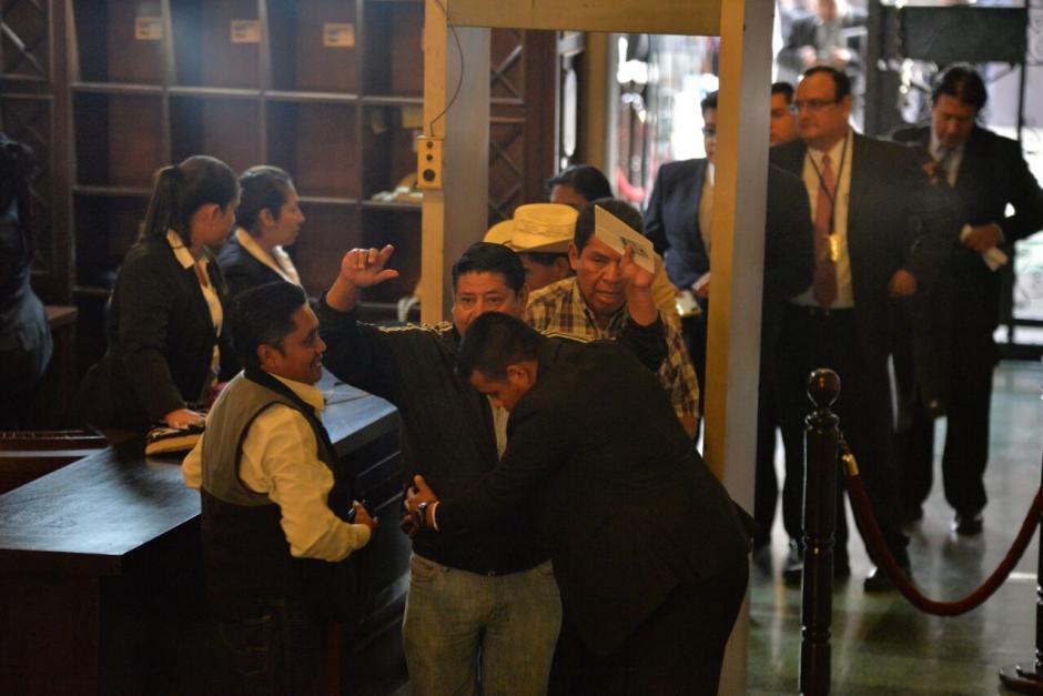 Los invitados al acto tenían que pasar cuatro filtros de seguridad. (Foto: Wilder López/Soy502)