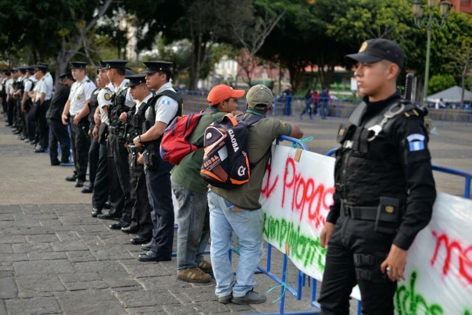 Elementos de seguridad rodeaban el perímetro de la actividad. (Foto: Wilder López/Soy502)