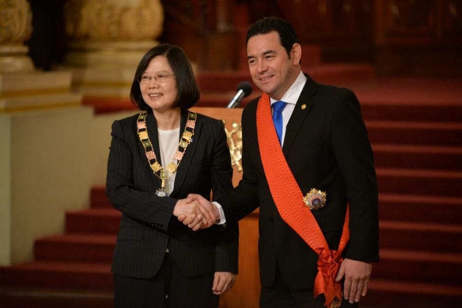 Ambos mandatarios intercambiaron reconocimientos.  (Foto: Wilder López/Soy502)