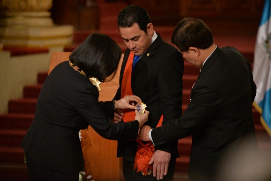 La presidenta de Taiwán impuso la Orden del Jade Brillante al presidente Morales. (Foto: Wilder López/Soy502)